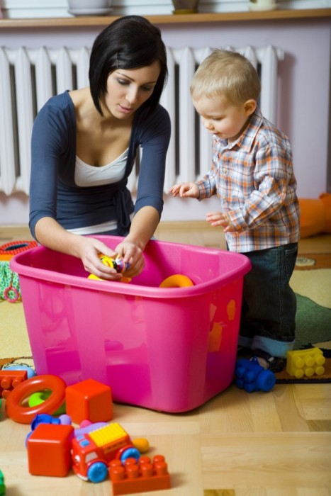 Baby-sitter-playing-with-toddler-Find-a-baby-sitter-for-expat-child-e1421276067851